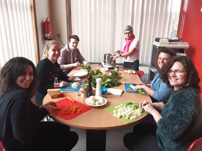 De nieuwe vrijwilligers mochten meteen groenten snijden.