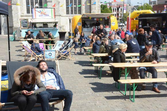 Vanaf de zon doorbrak, verscheen ook het volk op het foodtruckfestival.