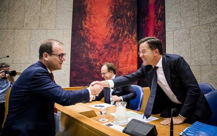Lodewijk Asscher (PvdA) schudt minister-president Mark Rutte de hand bij een debat over het pensioenakkoord.