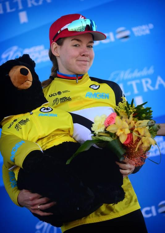 Van der Breggen op het podium in de gele leiderstrui.