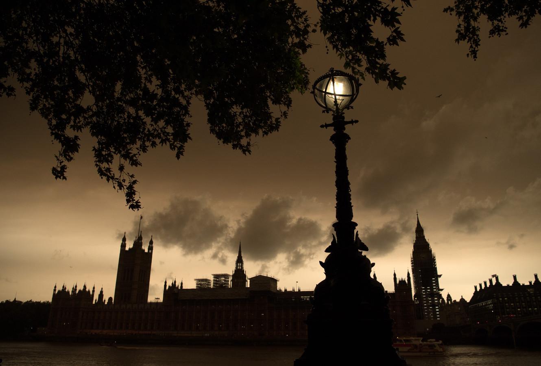 Een donkere lucht boven het Parlement in Londen.
