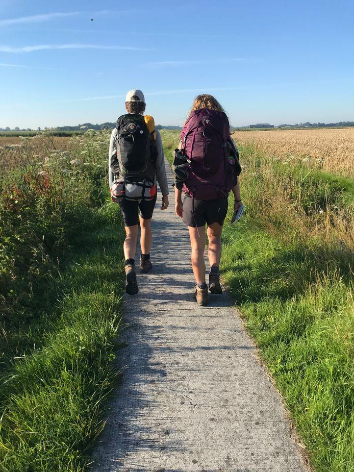 Eefke en Linde tijdens hun 'Heel Holland Hiked'.