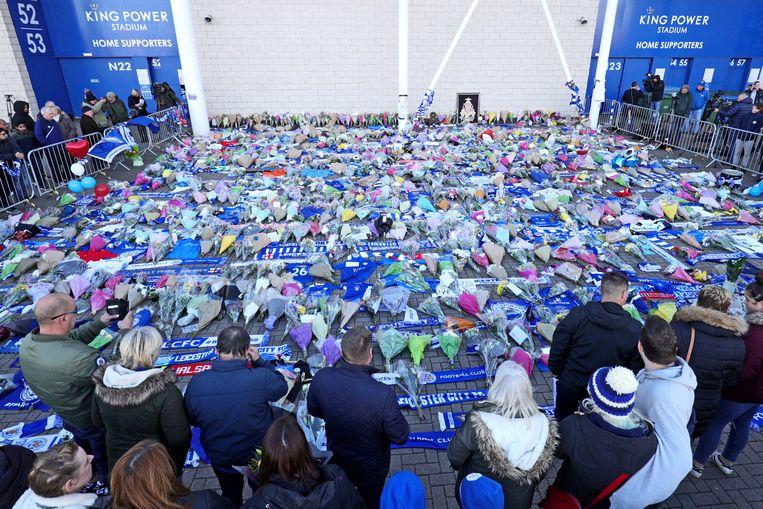 Fans van Leicester legden bloemen en sjaals neer aan het King Power Stadium.