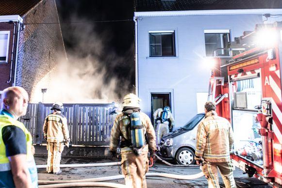 De brandweer bestrijdt het vuur in de Generaal  Merchierstraat.