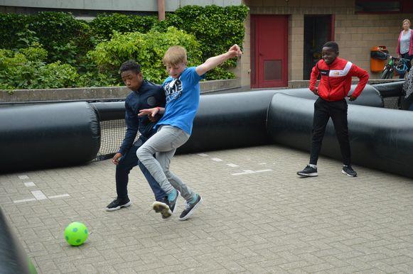 De leerlingen tijdens de IKSO-sportmarathon.