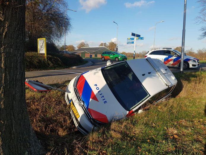 Een politiewagen is uit de bocht gevlogen op de Leemkuilweg in Winterswijk.