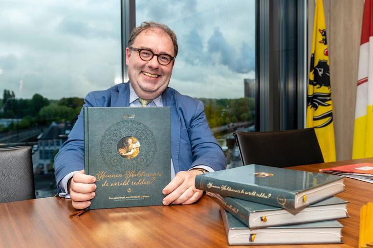 Burgemeester Christoph D'Haese met zijn boek.
