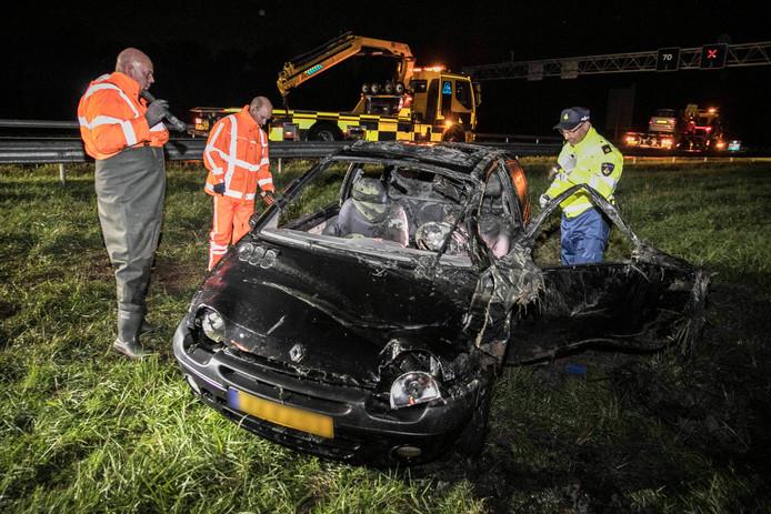 De auto op de A325 bij Elst is uit de sloot gehaald. Twee inzittenden kwamen om het leven.