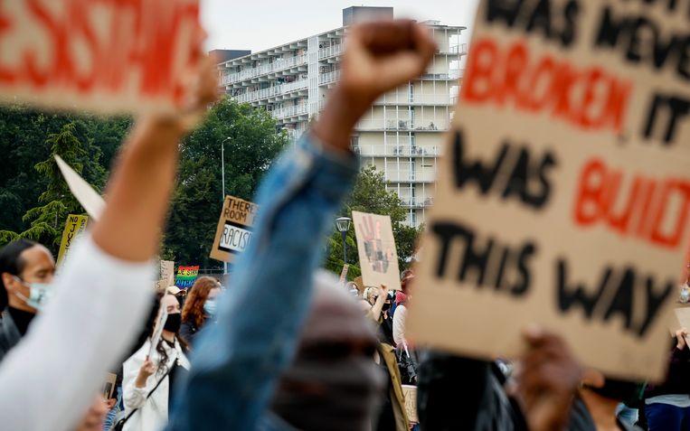 Demonstranten tijdens de tweede Amsterdamse demonstratie tegen racisme in het Nelson Mandelapark. Beeld ANP