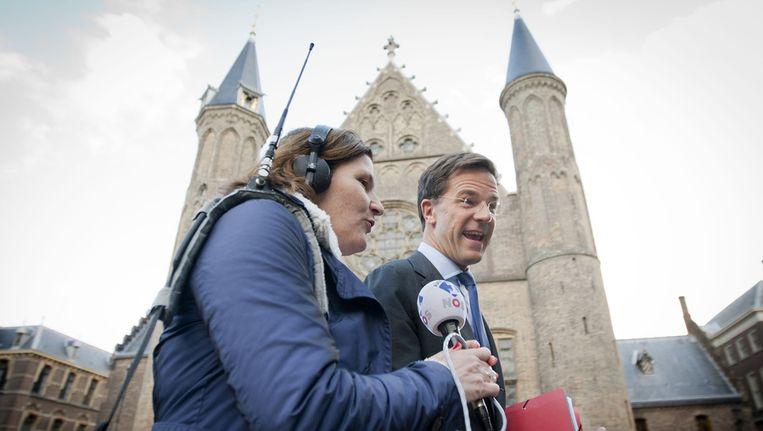 Rutte staat een journalist te woord op het Binnenhof. Beeld anp