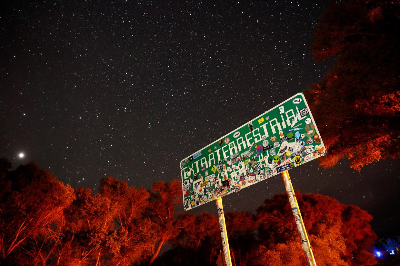 Een bord langs de weg naar Crystal Springs, Nevada, bij Area 51.