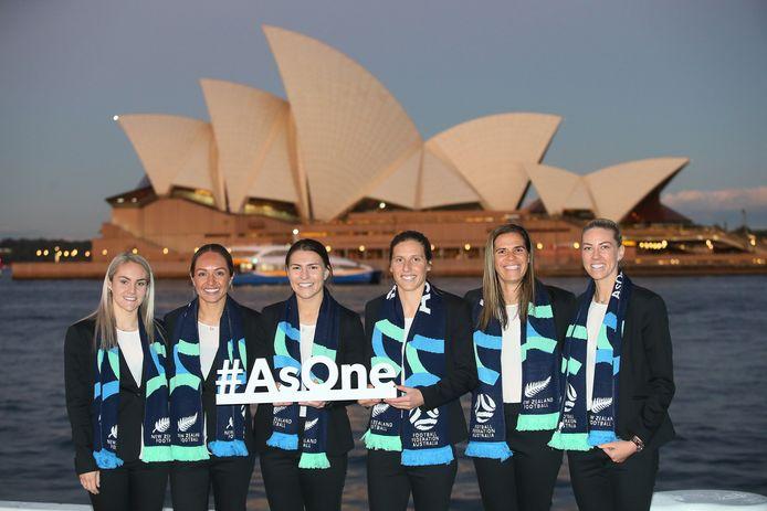 Australisch internationals Ellie Carpenter, Kyah Simon, Steph Catley, Rebekah Stott, Lydia Williams and Alanna Kennedy promoten het bid van Australië en Nieuw-Zeeland voor het WK van 2023 voor het Sydney Opera House.