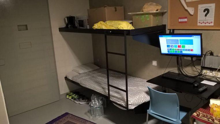In een aantal cellen kwam recent een extra bed. Voorlopig blijven die leeg, omdat er nog te weinig personeel is en geen akkoord met de vakbond.