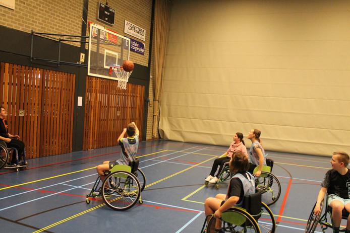 MaxX-leerlingen in actie bij het rolstoelbasketbal.