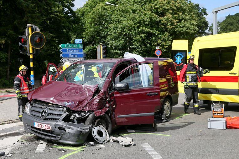 Het wrak van de Mercedes Vito waarin de bestuurder gekneld raakte.