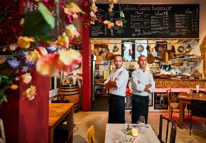 Hyper-Italiaans is het bij Osteria Sala Federico in Rotterdam. Toch is het verre van clichématig. Dat komt door de persoonlijke 'touch' van eigenaar en chef-kok Peppe Cappellano (l), hier naast chef Lucio Sciotino. Al draaft Peppe soms wel een beetje door.