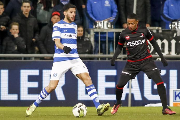 Tarik Tissoudali in actie tegen Helmond Sport.