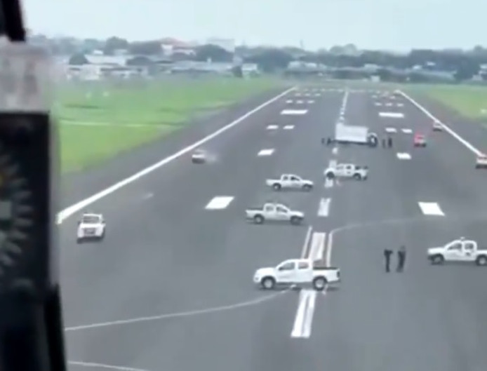 Les autorités équatoriennes bloquent physiquement la piste de l'aéroport international José Joaquín de Olmedo.