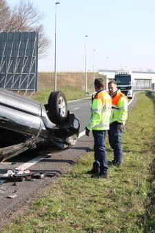 Auto slaat over vangrail en komt op tegengestelde rijbaan N50 tot stilstand; Inzittenden met schrik vrij