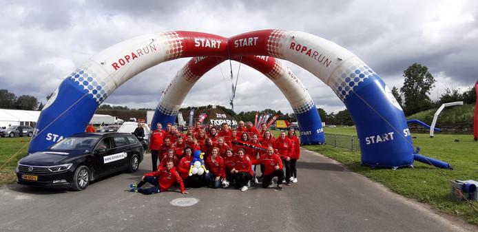 Team 102 bij de startboog op het vliegveld Le Bourget.