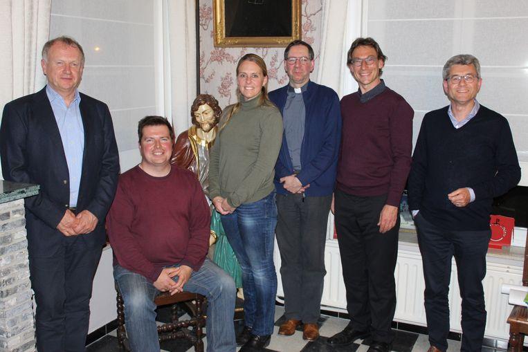 De nieuwe kerkraad van Maldegem, met in het midden voorzitter Katleen De Kesel en pastoor Luc Mertens.