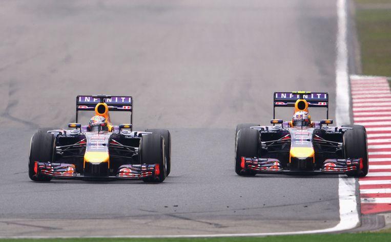 Sebastian Vettel (links) zij aan zij met teamgenoot Daniel Ricciardo tijdens de Grand Prix van China Beeld getty