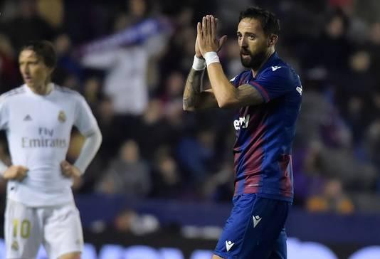José Luis Morales krijgt een publiekswissel na zijn treffer.