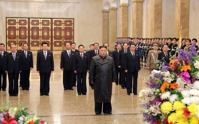 De Noord-Koreaanse leider Kim Jong-un in het mausoleum van zijn vader Kim Jong-il.
