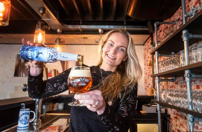 Tamara van Amerongen, medewerkster bij Hert Bier, schenkt alvast een Vrij Leven biertje uit.