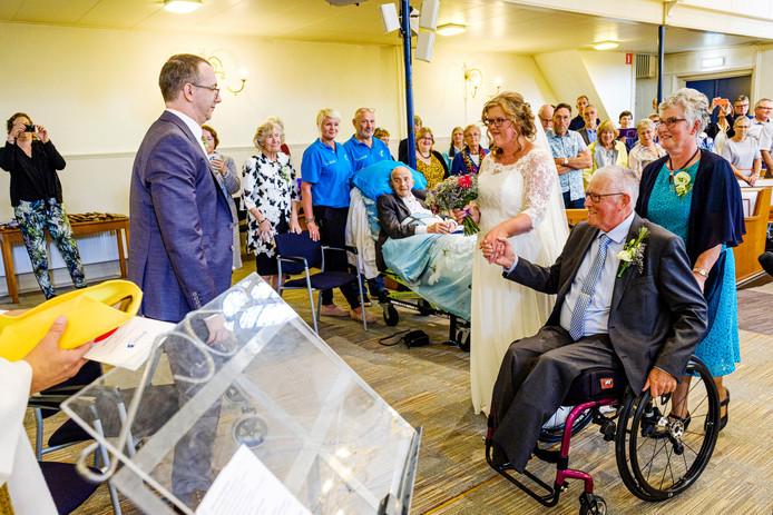 De Stichting Ambulance Wens heeft er vandaag voor gezorgd dat ook de vader van de bruidegom aanwezig kan zijn bij de bruiloft van Anja Lamens en Jonnie Zwartjes.