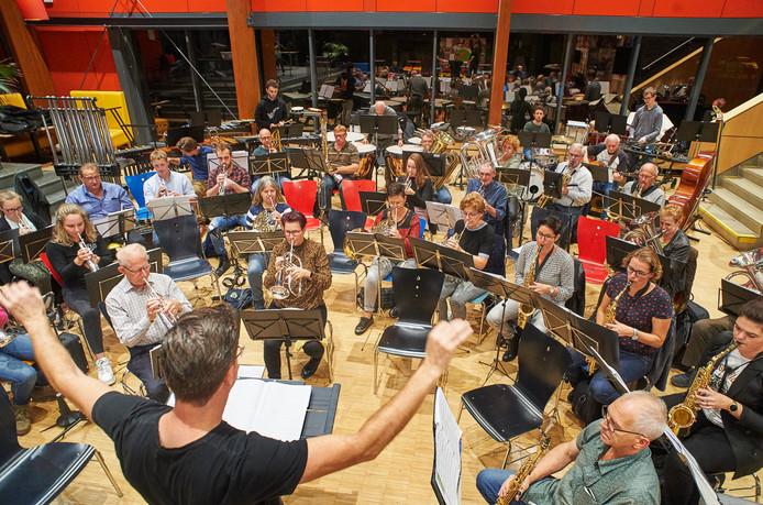 De fanfare van Heeswijk repeteert voor 'The Proms of Liberty' concerten in cultureel centrum Bernrode.