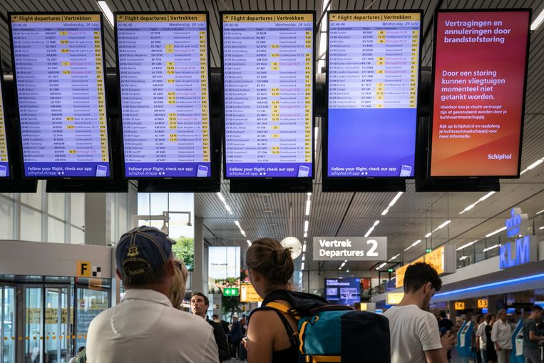 Door een brandstofstoring onstonden op Schiphol enorme vertragingen, vliegtuigen konden niet tanken en daardoor niet vertrekken. Beeld Dingena Mol
