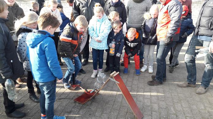 Na de lezing over toekomstige reizen naar de planeet Mars, konden de kinderen hun eigen raket op waterkracht lanceren bij Sterrenwacht Halley.