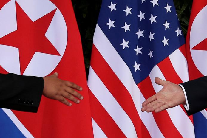 Kim en Trump op weg naar de historische handdruk in Singapore.