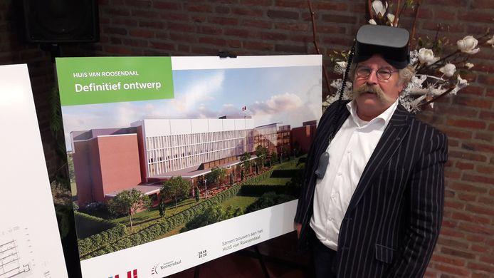 Wethouder Cees Lok met een VR-bril.