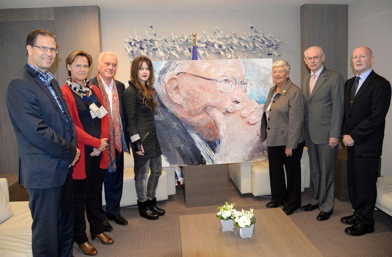 Kunstenaar Ulrike Bolenz (vierde van links) overhandigde het portret aan Herman Van Rompuy (tweede van rechts). Ook Celie en Tom Dehaene waren aanwezig.