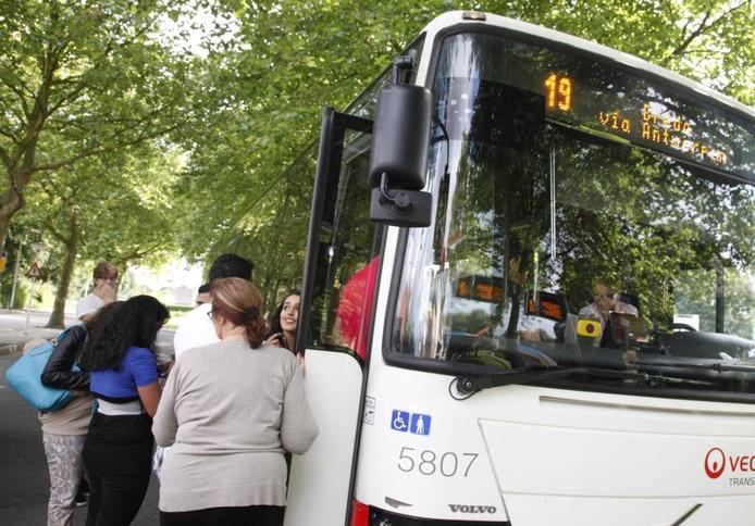 Zelfs op een doodgewone woensdagochtend, terwijl de hogescholen en universiteiten nog niet zijn begonnen, is het druk aan het busstation in Hulst voor een ritje met l