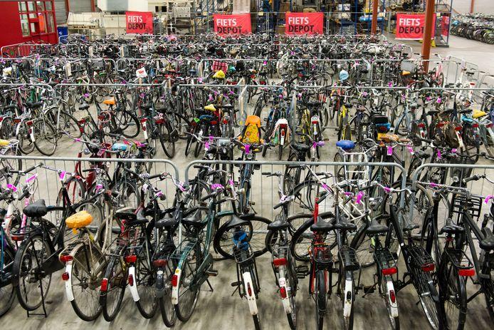 De gemeente haalt fietsen die verkeerd geparkeerd worden van de straat. Ze worden verzameld in het fietsdepot in de voormalige Faamfabriek.