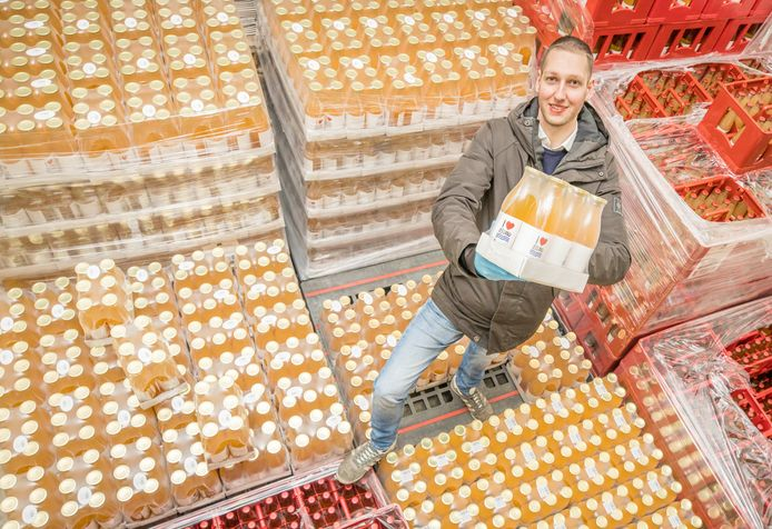 Gert Jan Hiel van Zeker Zon BV in Krabbendijke heeft nog 300.000 flesjes fruitsap staan.