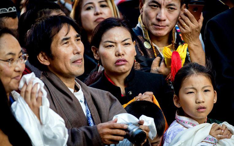 Belangstellenden bij de Nieuwe Kerk om een glimp op te vangen van de Dalai Lama Beeld ANP