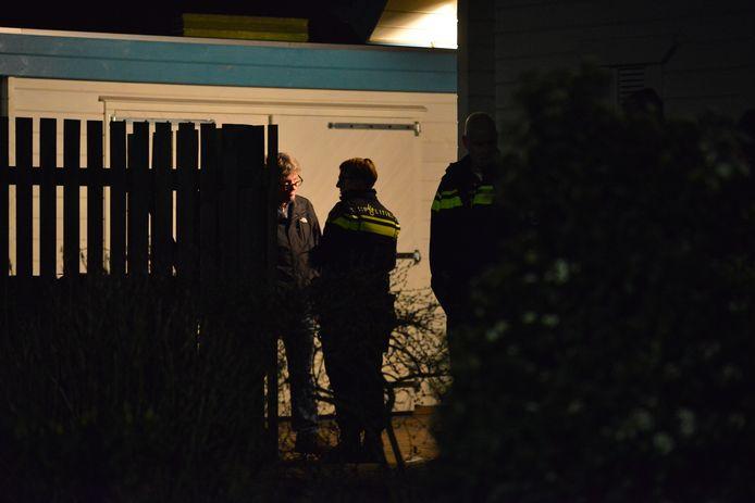 De politie is druk bezig met onderzoek in en rondom de woning.