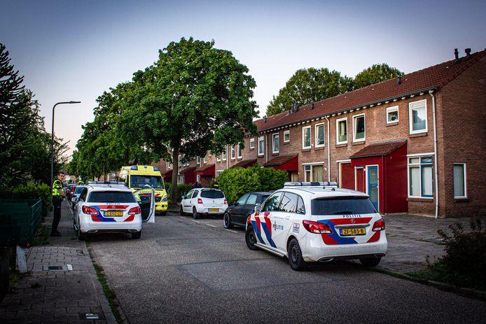 Bij een woningoverval in de Thorbeckestraat in Dieren is een persoon gewond geraakt.