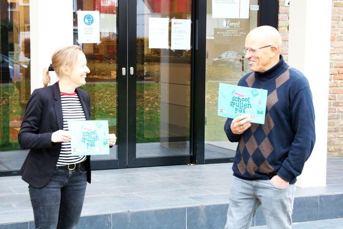 Irene Verspeek (Armoedefonds, links)) en Lodie Hofland (voorzitter Voedselbank). Hofland opntvangt symbolisch een pas namens de Voedselbank,  Leergeld, Vincentiusvereniging en  Quiet.