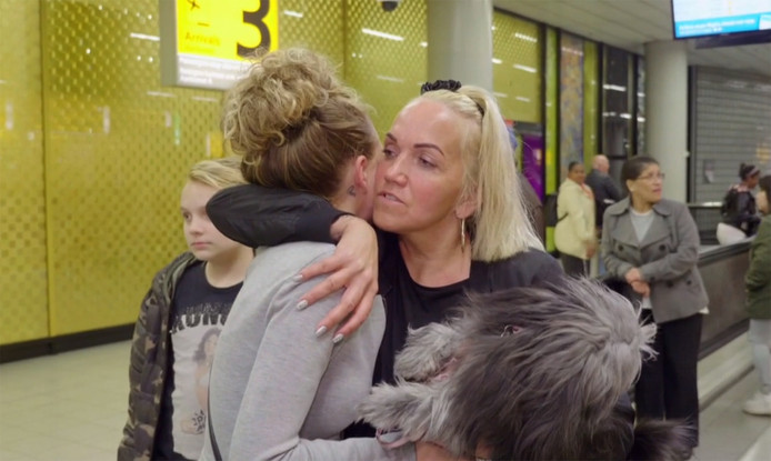 Chantal omhelst haar dochter en hond op Schiphol.