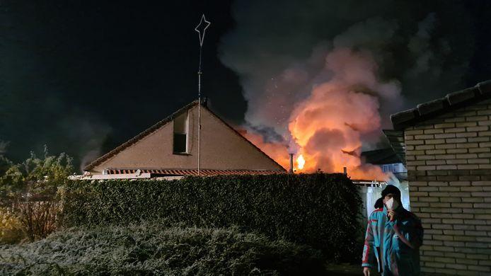 Achter een woonhuis aan de Fenteler in Nijkerk is zondagnacht een forse brand uitgebroken. Een persoon moest worden nagekeken. De schade is groot.