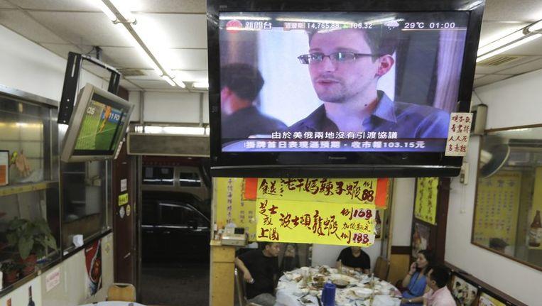 In een restaurant in Hong Kong is Edward Snowden op de televisie te zien. Beeld reuters
