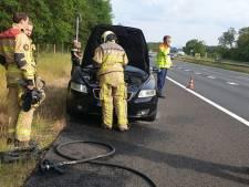Auto vliegt in brand op A35 richting Hengelo