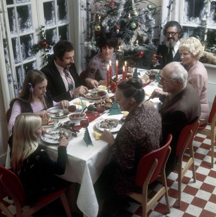 Foto ter illustratie uit het archief.  Een traditioneel kerstdiner in de jaren 60.