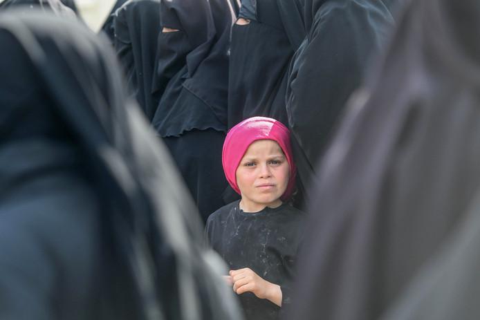 Vrouwen en een kind in het detentiekamp Al Hol in Noord-Syrië, waar IS-gezinnen vast worden gehouden.