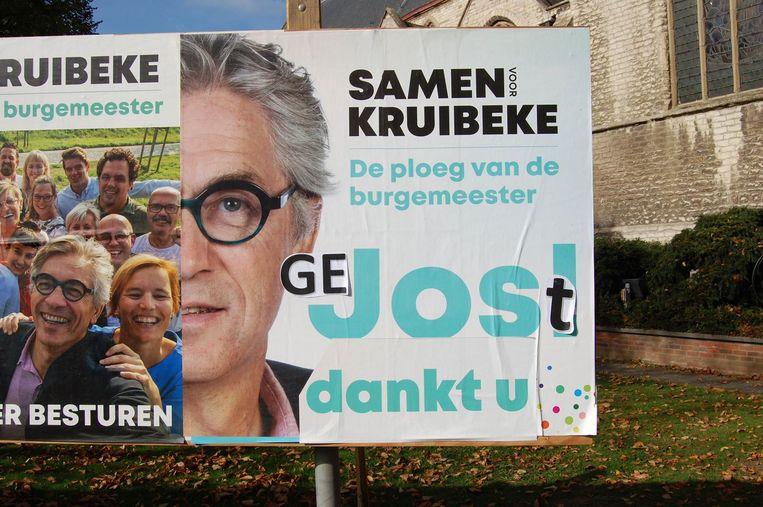 Een campagnebord van SVK werd intussen aangepast aan de 'nieuwe situatie'.